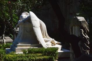Angelo custode triste nel cimitero acattolico