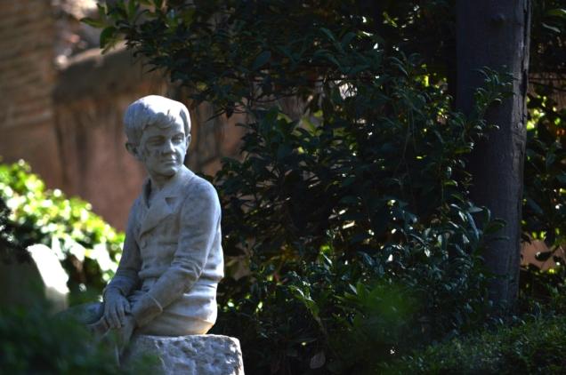 Tomba di bambino al cimitero acattolico di Roma
